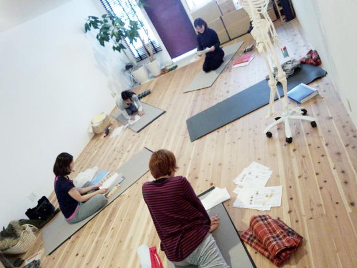 d.yogaティーチャートレーニングの様子